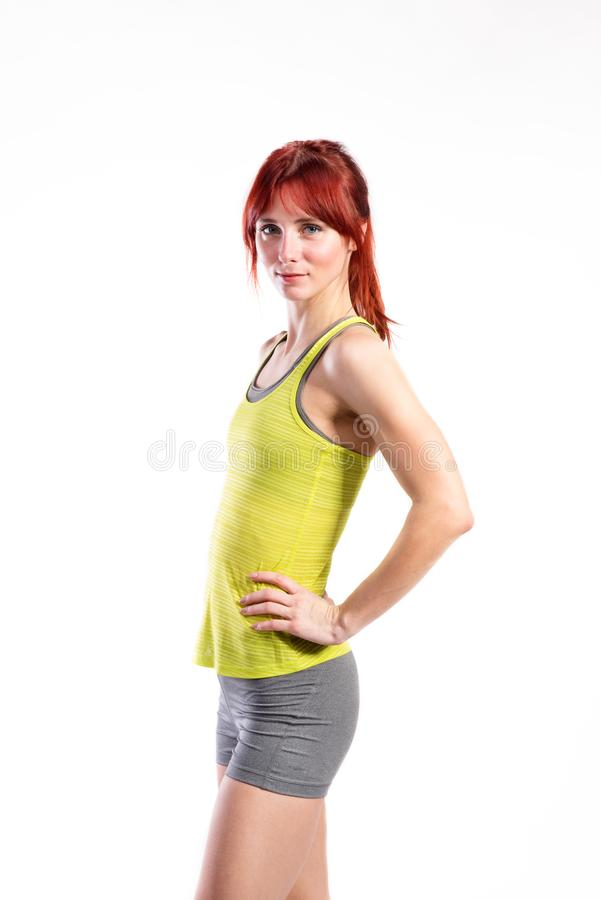 Mulher nova atrativa da aptidão na camiseta de alças verde Tiro do estúdio imagens de stock royalty free