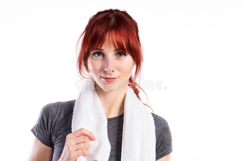 Mulher nova atrativa da aptidão no t-shirt cinzento Tiro do estúdio imagens de stock royalty free