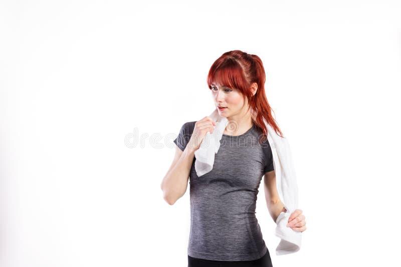 Mulher nova atrativa da aptidão no t-shirt cinzento Tiro do estúdio fotografia de stock royalty free