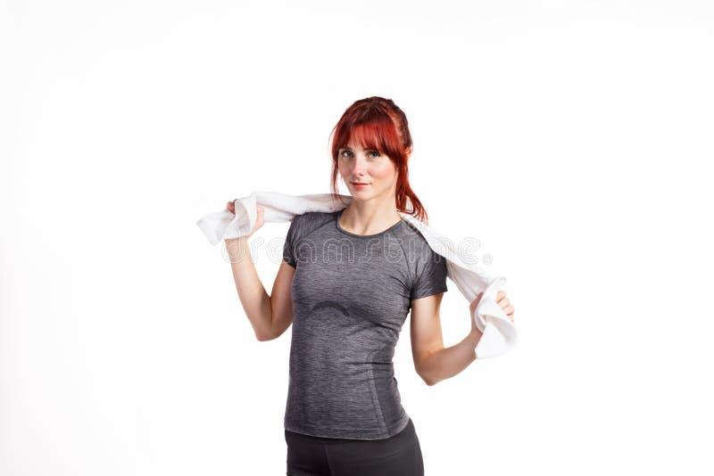 Mulher nova atrativa da aptidão no t-shirt cinzento Tiro do estúdio fotografia de stock