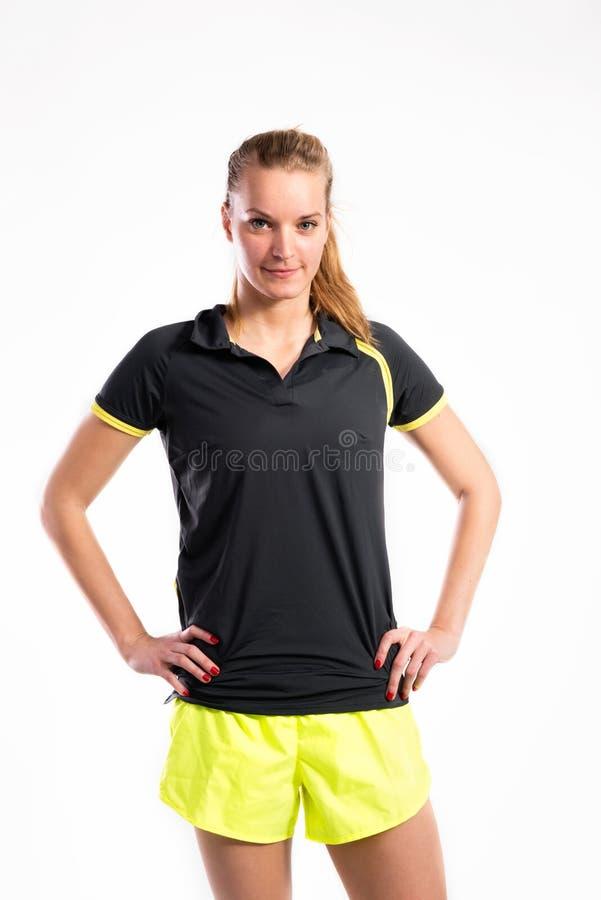 Mulher nova atrativa da aptidão no t-shirt preto Tiro do estúdio foto de stock royalty free