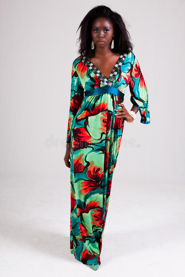 Mulher nova atrativa em um vestido colorido imagem de stock royalty free