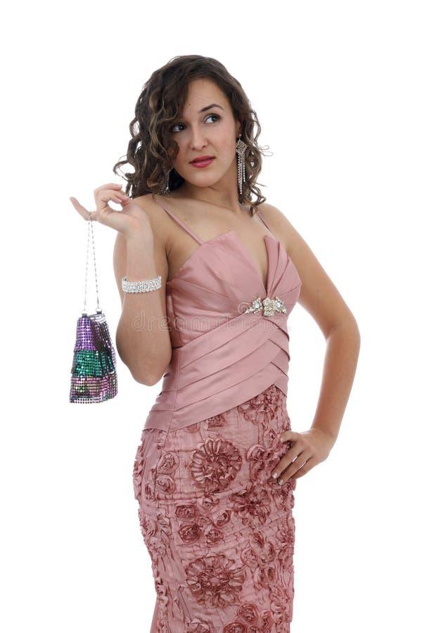 Mulher nova atrativa na cor cor-de-rosa da terra arrendada do vestido fotografia de stock