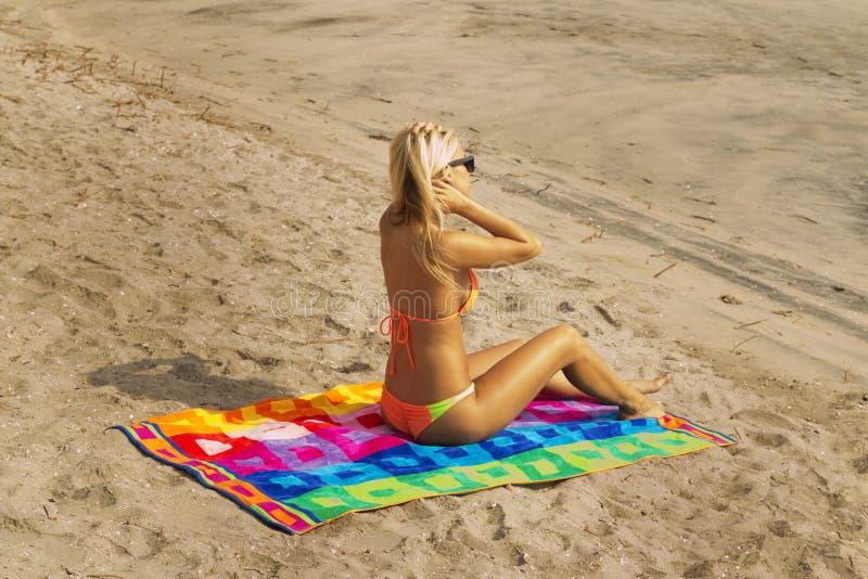 Mulher nova atrativa na praia fotografia de stock royalty free