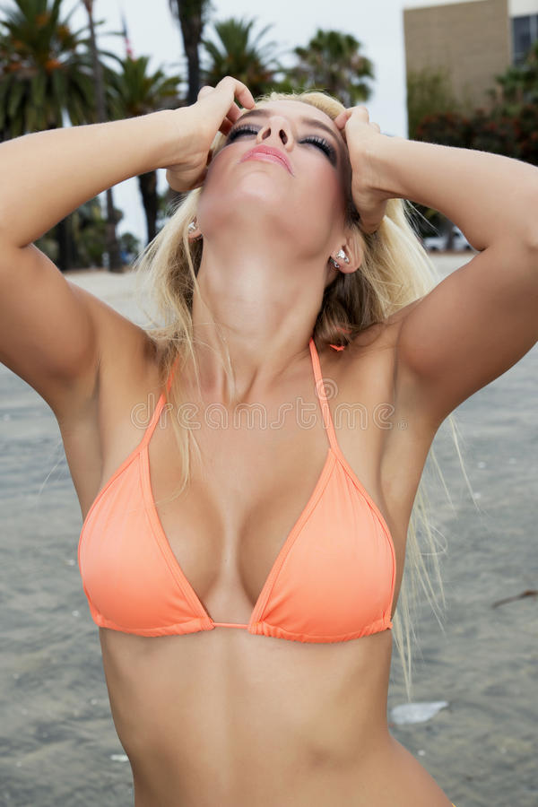 Mulher nova atrativa na praia imagens de stock