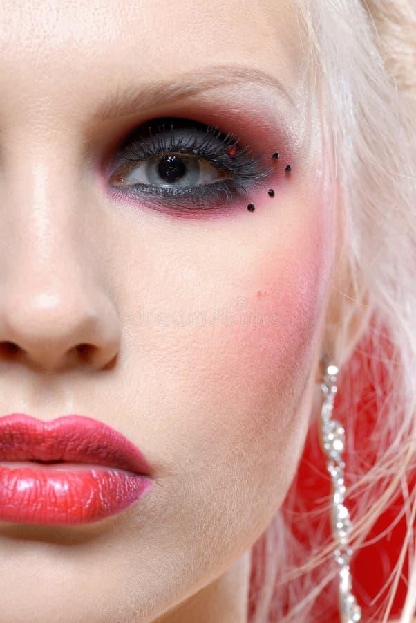 Mulher nova atrativa no estilo do vermelho de Moulin imagem de stock