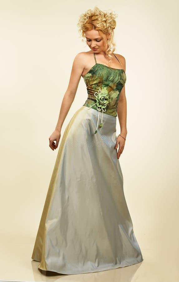 Mulher nova atrativa no vestido de noite. Retrato. imagens de stock royalty free