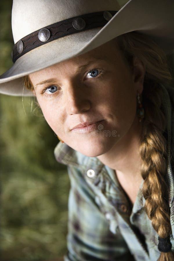 Mulher nova atrativa que desgasta um chapéu de cowboy imagem de stock royalty free