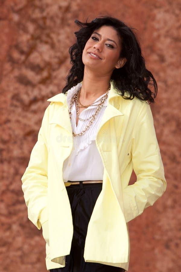 Mulher nova Biracial no raincoat imagem de stock