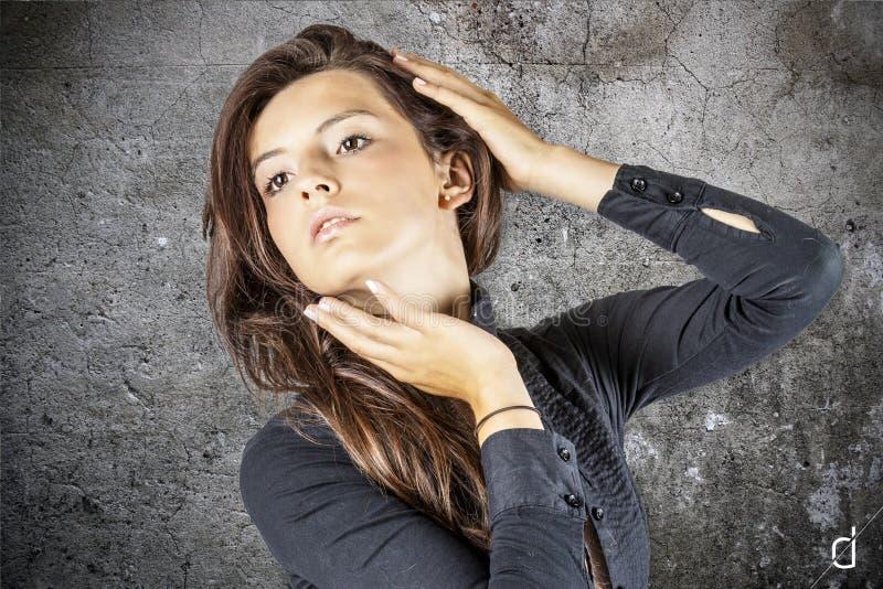 Download Mulher nova bonita foto de stock. Imagem de sorrisos - 26503238