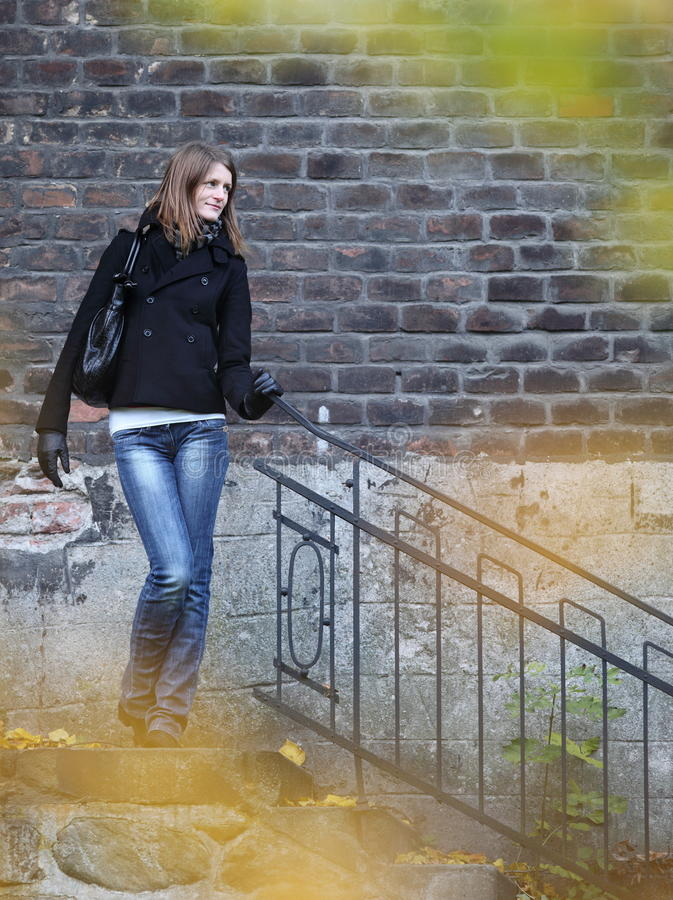 Mulher nova bonita & elegante ao ar livre fotografia de stock