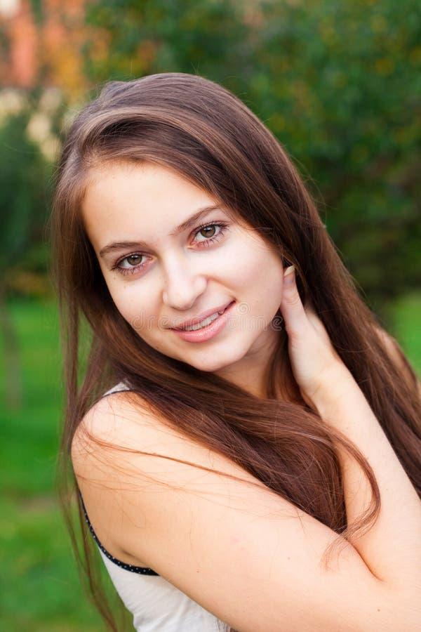 Mulher nova bonita ao ar livre imagem de stock