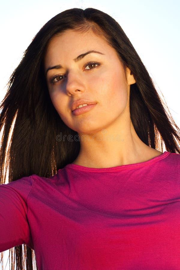 Mulher nova bonita ao ar livre foto de stock royalty free