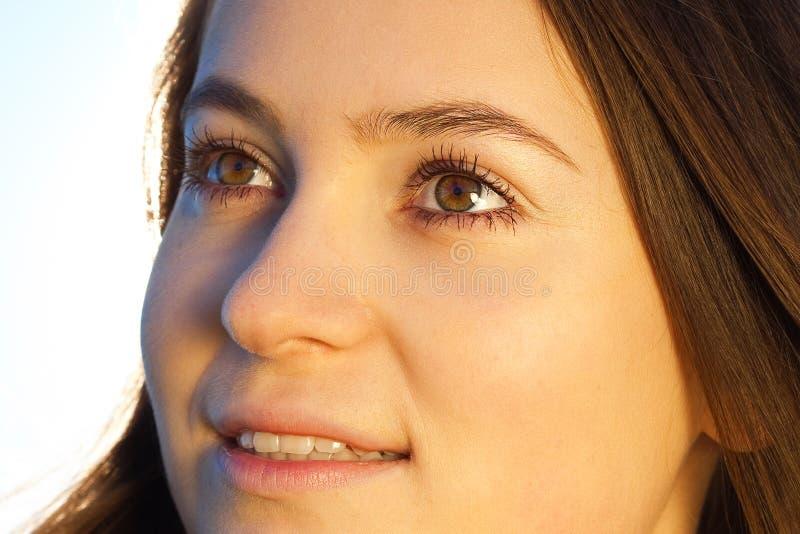 Mulher nova bonita ao ar livre fotos de stock royalty free