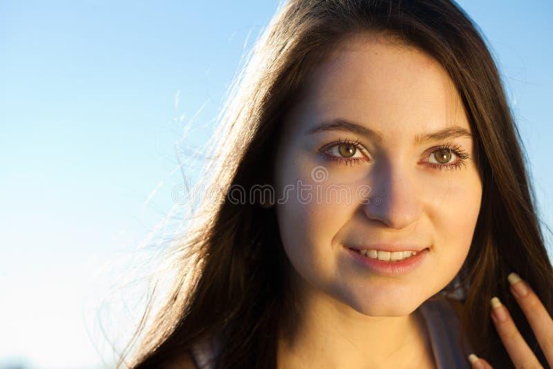 Mulher nova bonita ao ar livre foto de stock