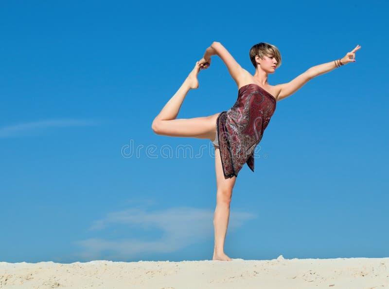 Mulher nova bonita atrativa no pose da ioga fotografia de stock royalty free