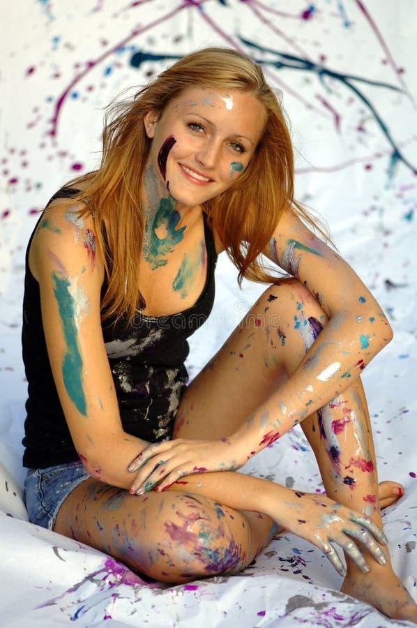 Mulher nova bonita coberta na pintura foto de stock royalty free