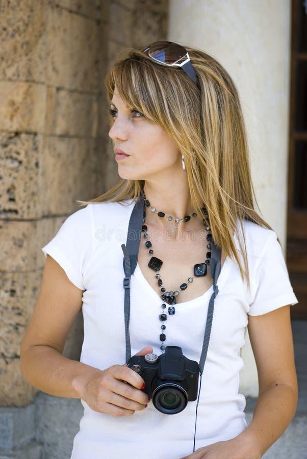 Mulher nova bonita com câmera imagens de stock