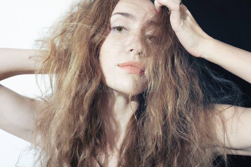 Mulher nova bonita com cabelo curly longo imagem de stock