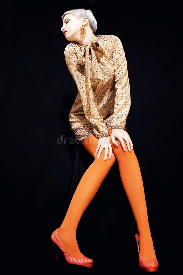 Mulher nova bonita com cabelo curto fotografia de stock royalty free