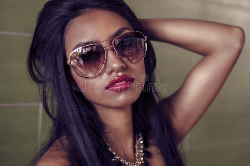 Mulher nova bonita com cabelo escuro longo foto de stock