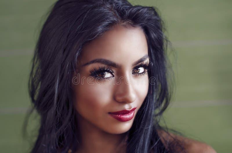 Mulher nova bonita com cabelo escuro longo fotos de stock