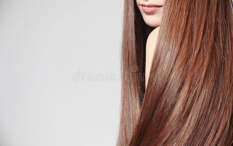 Mulher nova bonita com cabelo reto longo foto de stock