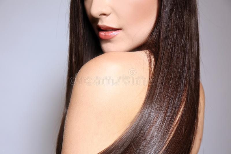 Mulher nova bonita com cabelo reto longo foto de stock royalty free