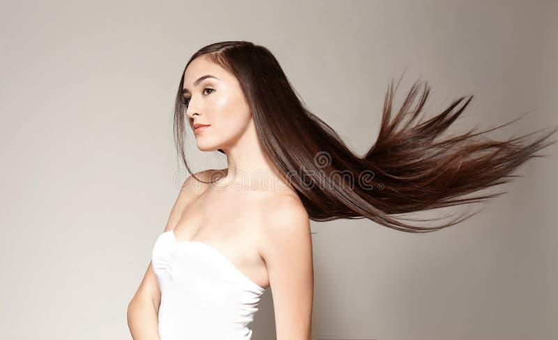Mulher nova bonita com cabelo reto longo imagem de stock royalty free