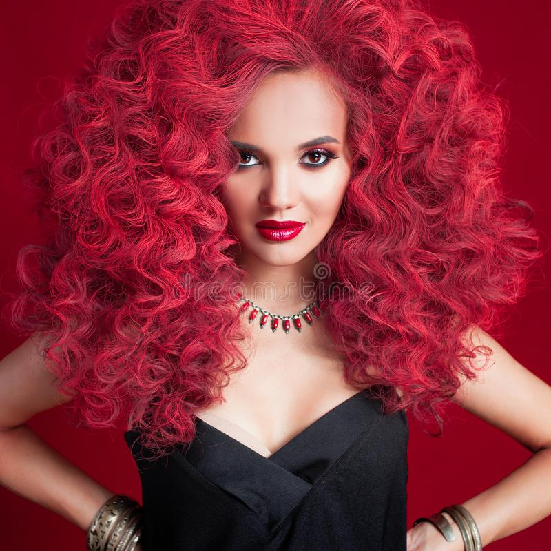 Mulher nova bonita com cabelo vermelho Composição e penteado brilhantes fotos de stock