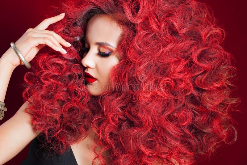 Mulher nova bonita com cabelo vermelho Composição e penteado brilhantes foto de stock