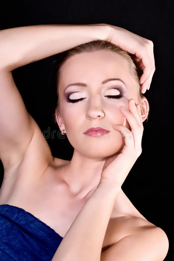 Mulher nova bonita com composição à moda brilhante imagem de stock royalty free