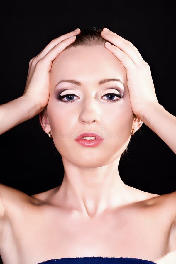 Mulher nova bonita com composição à moda brilhante fotos de stock royalty free