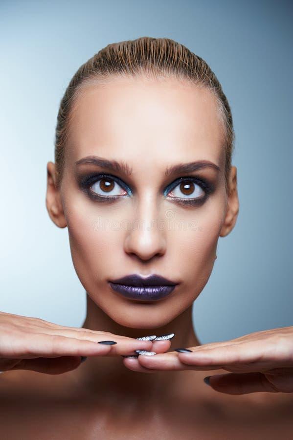 Mulher nova bonita com composição brilhante imagens de stock