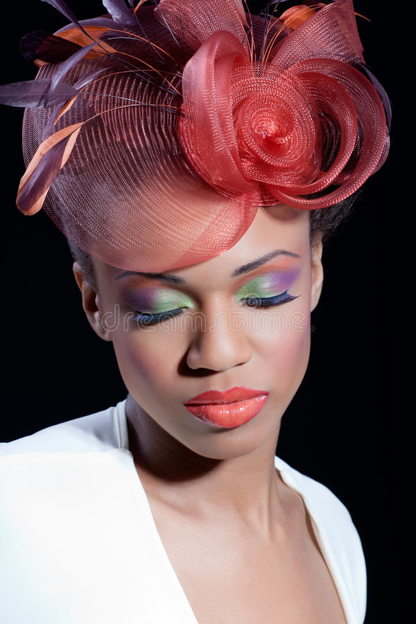 Mulher nova bonita com composição colorida imagem de stock