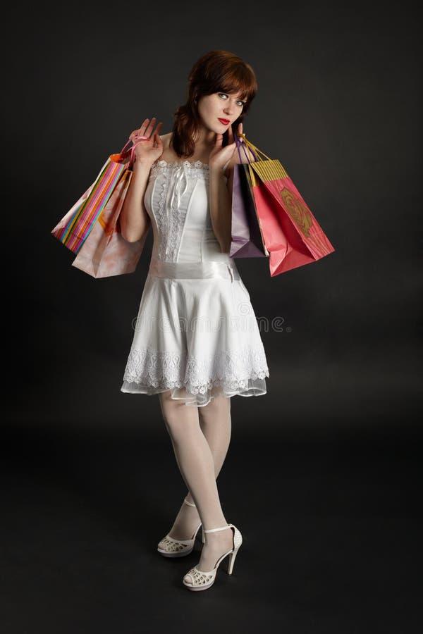 Mulher nova bonita com compras foto de stock