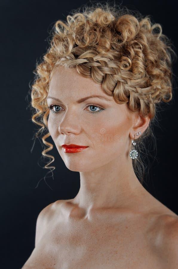 Mulher nova bonita com hairdo da trança foto de stock royalty free