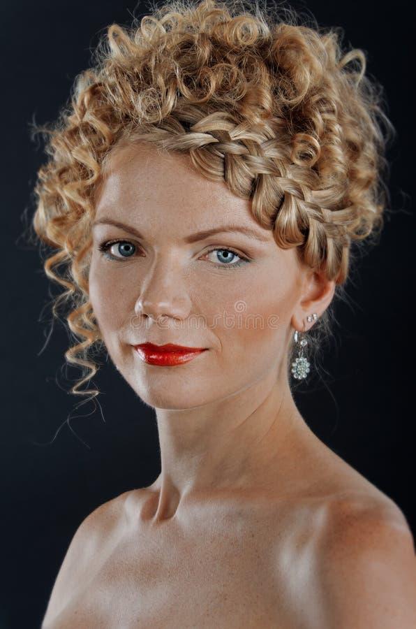 Mulher nova bonita com hairdo da trança imagem de stock royalty free