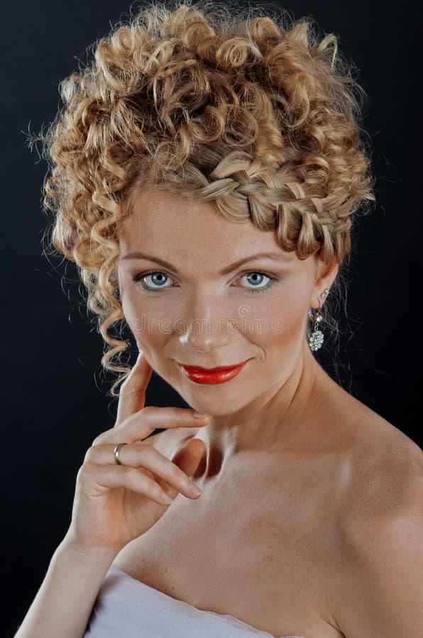 Mulher nova bonita com hairdo da trança imagem de stock