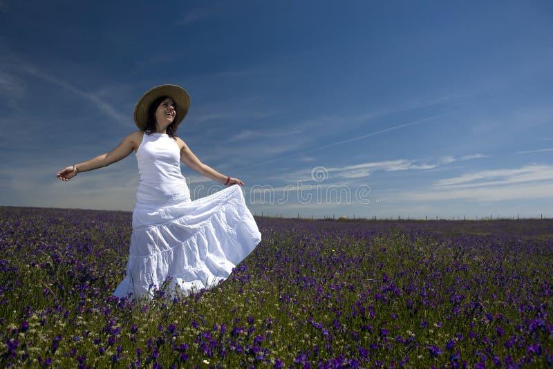 Mulher nova bonita com jogo branco do vestido fotografia de stock