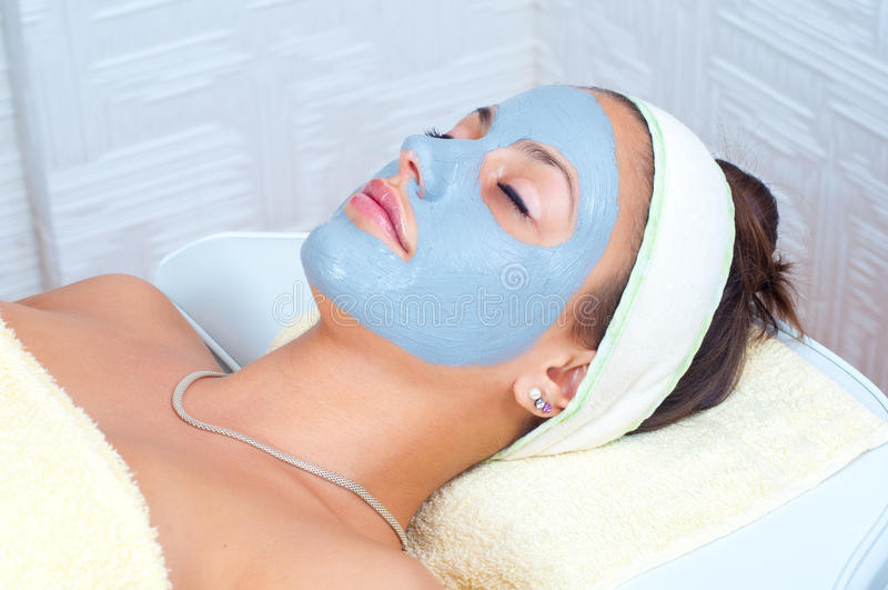Mulher nova bonita com máscara facial natural foto de stock royalty free