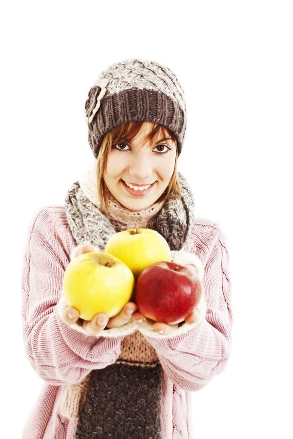Mulher nova bonita com maçã. Estilo do inverno. fotos de stock