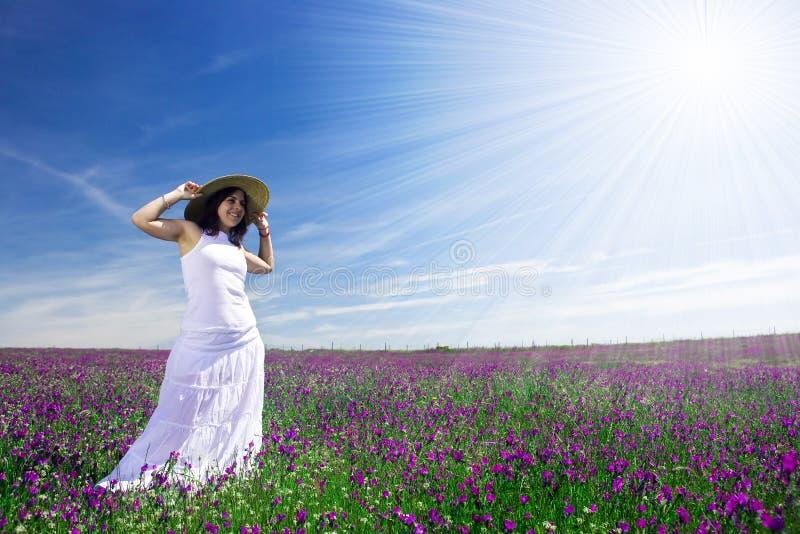 Mulher nova bonita com o vestido branco no campo fotografia de stock royalty free