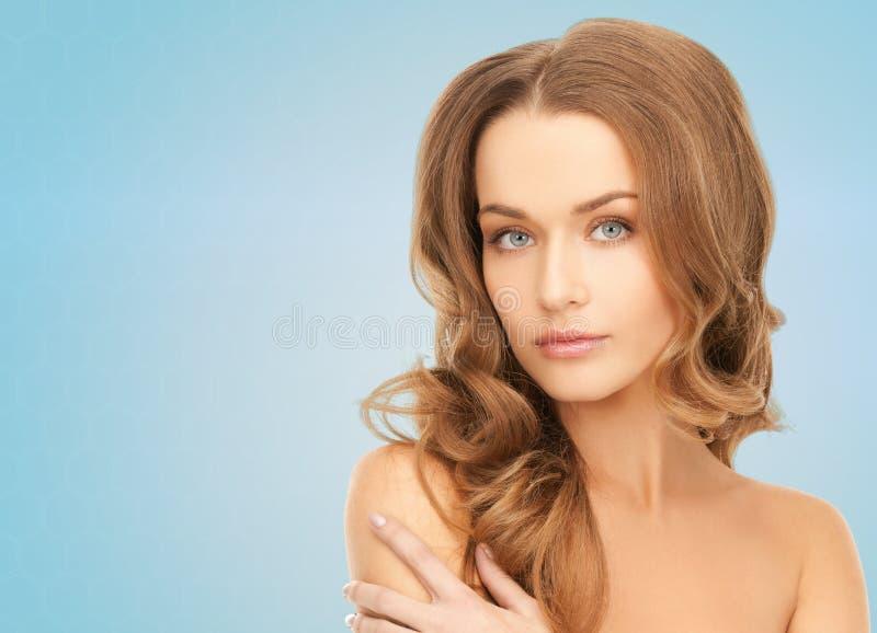 Mulher nova bonita com ombros desencapados imagem de stock royalty free