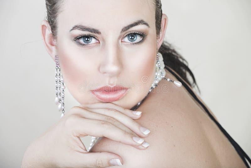 Mulher nova bonita com pérolas foto de stock royalty free