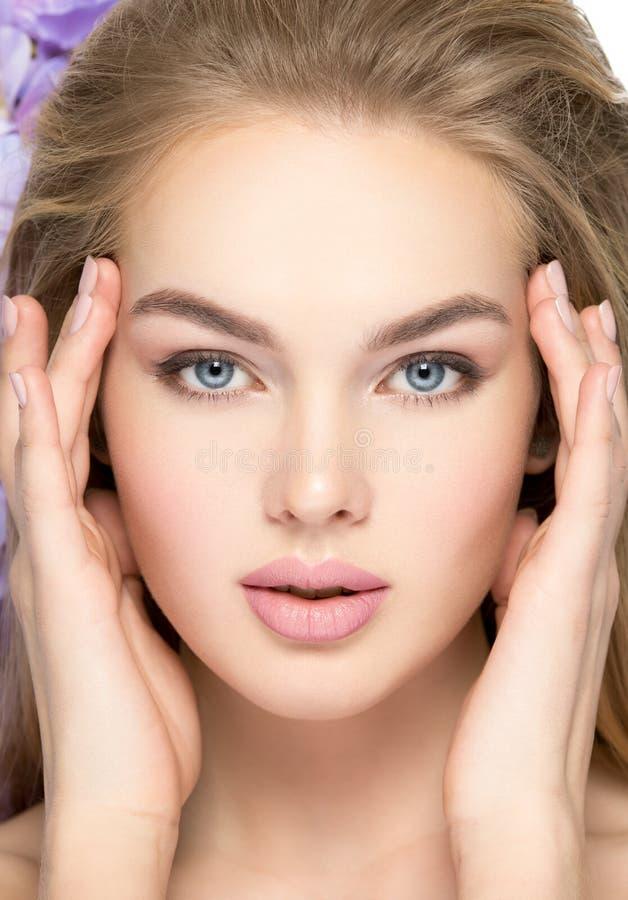 Mulher nova bonita com pele limpa fotos de stock