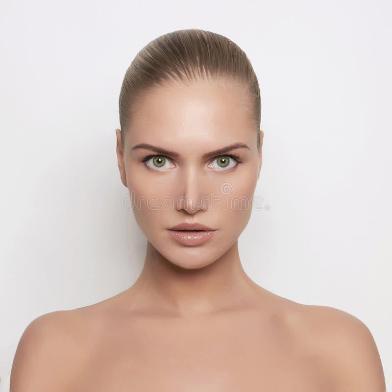Mulher nova bonita com pele perfeita fotografia de stock