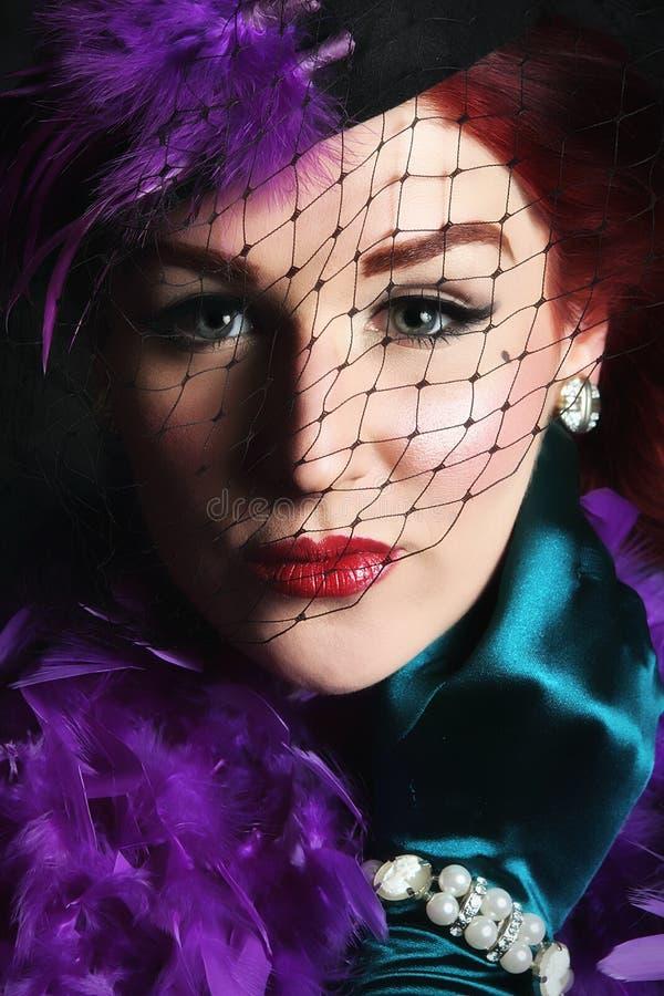 Mulher nova bonita com um chapéu líquido fotografia de stock