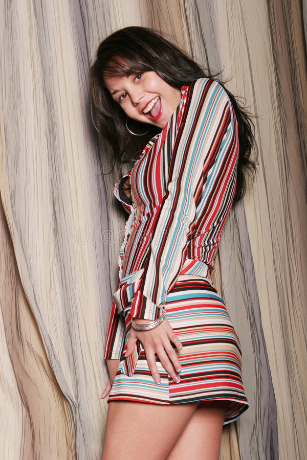 Mulher nova bonita com um sorriso grande imagens de stock
