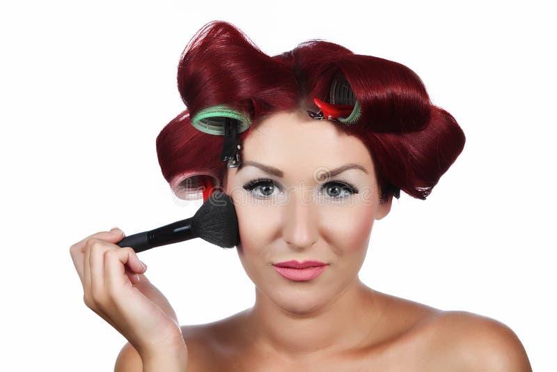 Mulher nova bonita com uma escova da composição fotos de stock royalty free